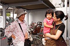今日一日の出来事をサポーターの中島さんがママの藤永さんへ報告中